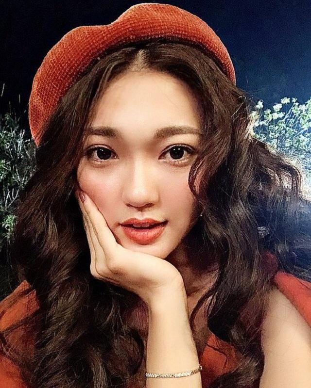 Hoa hậu ảnh Nguyễn Ngọc Nữ đi cổ vũ Việt Nam cùng bạn thân.