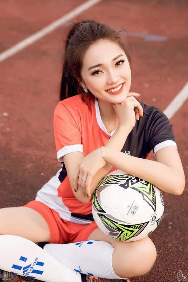 Có bạn trai tin đồn là cầu thủ, Ngọc Nữ dành nhiều tình yêu cho trái bóng tròn.