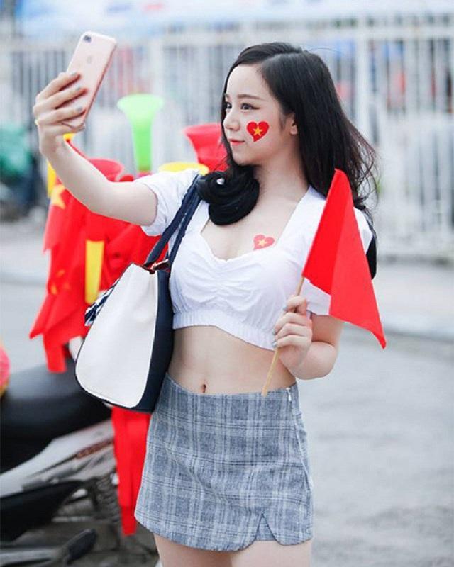 Hotgirl ngủ gật Nguyễn Thuỷ Tiên cũng là một CĐV nhiệt huyết với đội nhà.