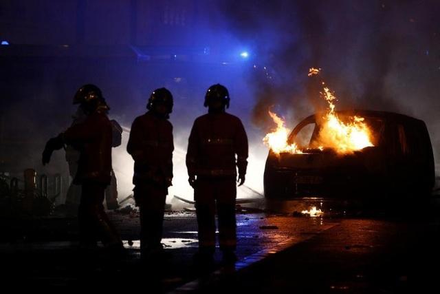 Người biểu tình cũng đốt phá nhiều xe hơi.