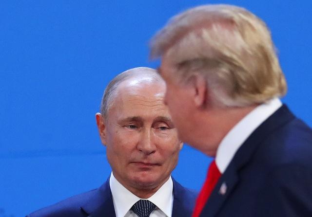 Tổng thống Trump và Tổng thống Putin chạm mặt trong nghi thức chụp ảnh chung tại hội nghị G20 ở Argentina. (Ảnh: Reuters)