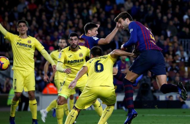 Pique đánh đầu mở tỷ số cho Barcelona ở phút 35