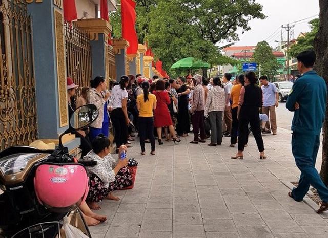 Người dân kéo đến trụ sở UBND tỉnh Ninh Bình yêu cầu gặp Chủ tịch UBND tỉnh Đinh Văn Điến nhưng không được gặp. Nếu dự án tiếp tục triển khai, người dân cho biết sẽ ra Trung ương cầu cứu lãnh đạo Đảng và Nhà nước.