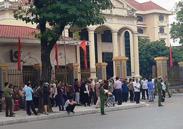 Người dân phường Nam Sơn kéo ra trụ sở UBND tỉnh Ninh Bình phản đối việc xây dựng đài hóa thân trên địa bàn.