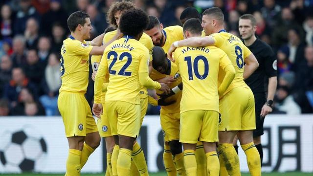 Các cầu thủ Chelsea ăn mừng bàn thắng mở tỉ số
