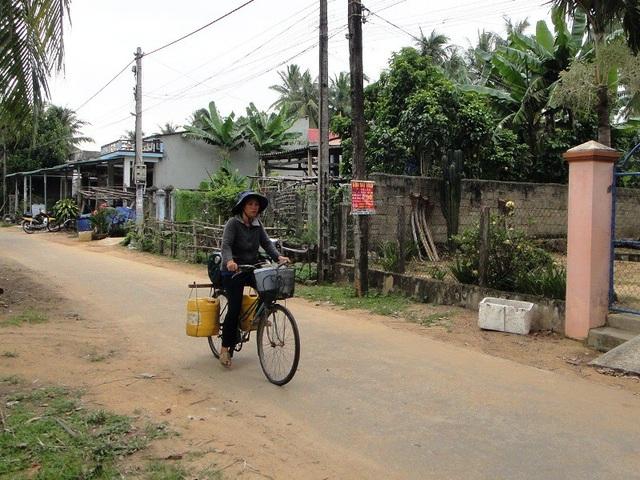 Chị Câu mẹ em Trâm hàng ngày làm đủ thứ việc từ nhặt ve chai, đạp xe đạp chở từng can nước giếng để bán kiếm tiền chữa bệnh cho Trâm và nuôi 1 người con đang học lớp 6.