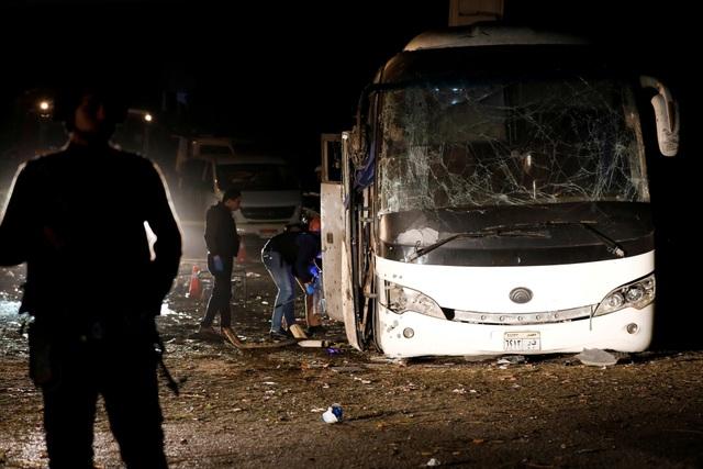 Chiếc xe chở các du khách Việt bị đánh bom tại tỉnh Giza (Ảnh: Reuters)