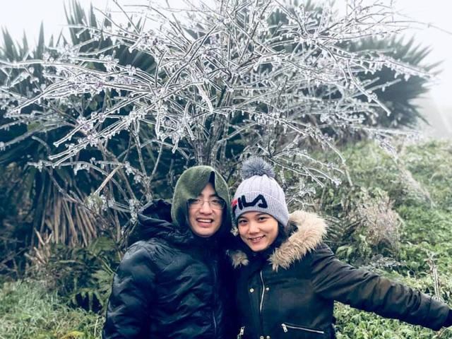 Hai du khách đang có mặt trên đỉnh núi Mẫu Sơn này cho biết, nhiệt độ ở Mẫu Sơn xuống khoảng âm 1 độ C; trời khá mù và băng tuyết xuất hiện nhiều.