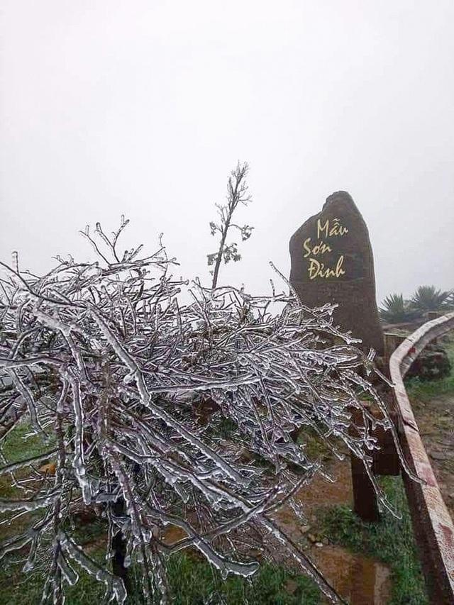 Theo trung tâm Dự báo khí tượng thủy văn tỉnh Lạng Sơn, vào lúc 7h sáng nay, nhiệt độ tại khu du lịch Mẫu Sơn (Lộc Bình) giảm xuống âm 0,5 độ C, gió đông bắc cấp 2, cấp 3.  Nhiệt độ xuống thấp, băng tuyết bám đầy và phủ kín cây lá, nhiều phương tiện giao thông tại đây.