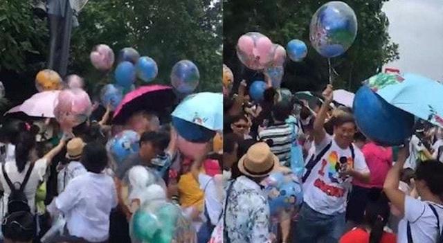 Hình ảnh hào hứng của du khách này khi cướp được bóng bay đã gây phẫn nộ dư luận Trung Quốc (Ảnh: Shanghaist)
