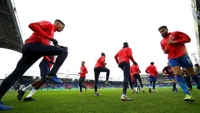 Các cầu thủ Crystal Palace khởi động trước trận derby London với Chelsea