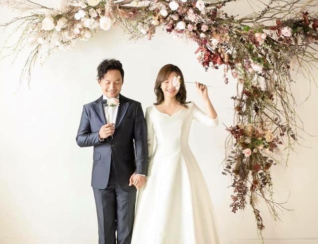 Ảnh cưới đơn giản nhưng rất đáng yêu của rapper Tiến Đạt và vợ 9X