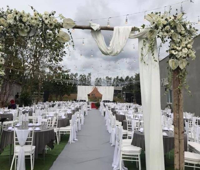 Tiệc cưới ở nhà gái ở Bình Thuận được tổ chức ngoài trời, trang trí theo tông trắng với hoa hồng, đồng tiền.