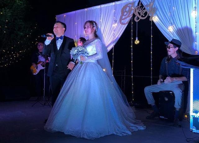 Đám cưới tại quê nhà cô dâu được tổ chức đơn giản và ấm cúng.
