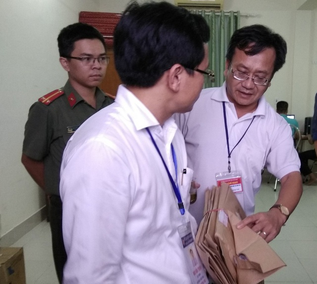Ông Nguyễn Quang Vinh - Trưởng phòng khảo thí & Kiểm định Chất lượng giáo dục- Sở Giáo dục & Đào tạo Hòa Bình (áo trắng bên phải), một trong số 11 người bị bắt tạm giam vì liên quan đến gian lận thi cử (Ảnh: Mỹ Hà).
