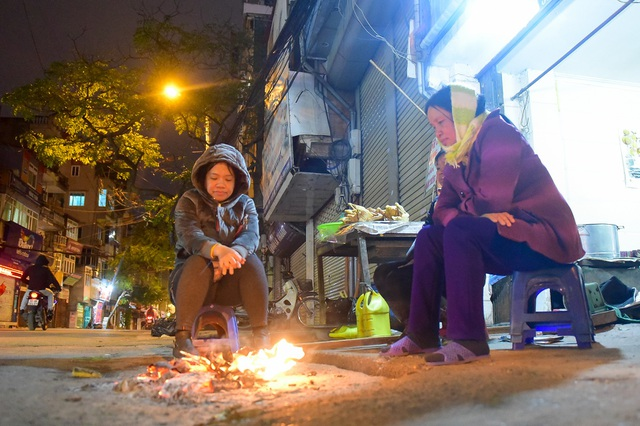 Người dân đốt lửa sưởi ấm đêm đông Hà Nội - 8