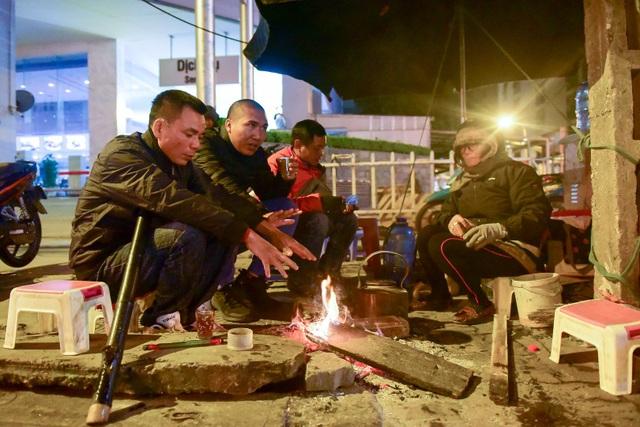 Những ngày gần đây, nhiệt độ ngoài trời vào ban đêm ở Hà Nội thường xuyên xuống dưới 10 độ C, cảm giác lạnh buốt. Để giữ ấm, những người lao động phải làm việc buổi đêm phải đốt những đống lửa sưởi bên đường.