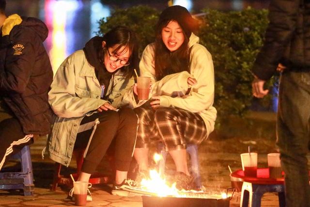 Người dân đốt lửa sưởi ấm đêm đông Hà Nội - 7