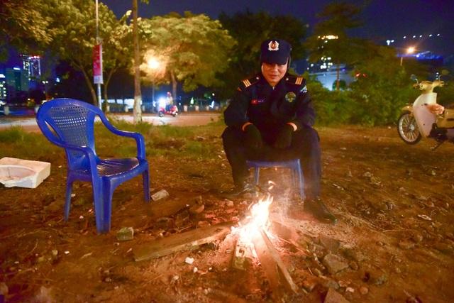 Trên đường Hoàng Cầu (Đống Đa, Hà Nội), anh Bình làm công việc bảo vệ ban đêm, cho biết: Ngồi gần lửa nhiều da sẽ bị khô ráp và nứt nẻ nhưng lạnh quá nên tôi phải sử dụng cách này.