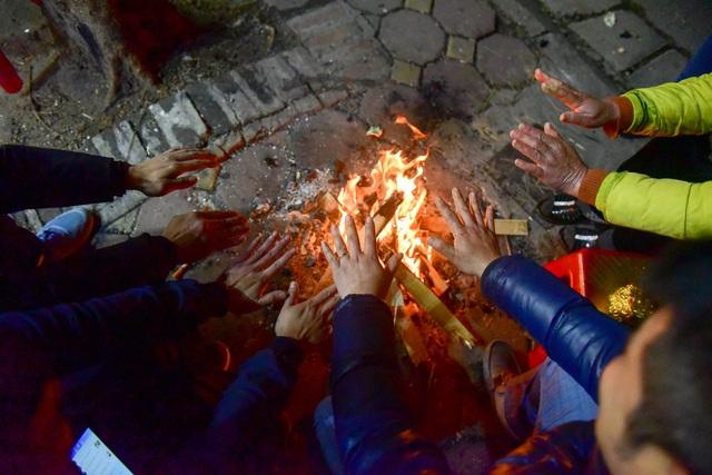Người dân đốt lửa sưởi ấm đêm đông Hà Nội - 3