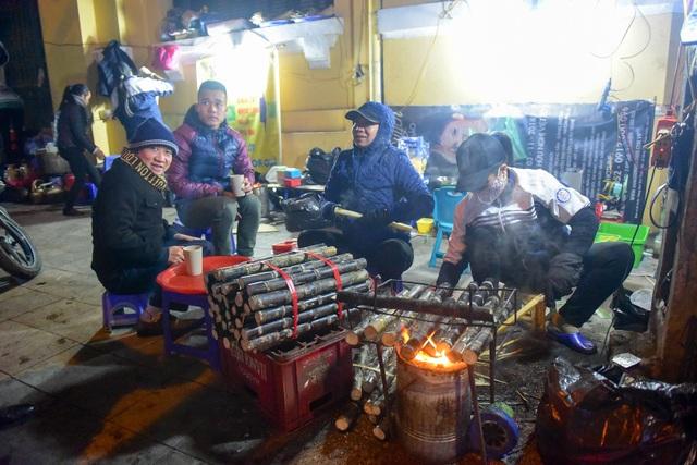 Trời lạnh, những quán quà đặc thù như mía nướng, ngô nướng... đắt khách hơn ngày thường. Vừa ăn quà, khách còn tranh thủ sưởi ấm bên bếp lửa.