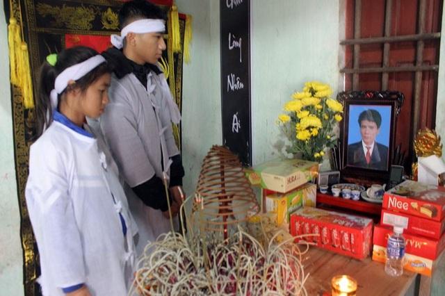 Hai đứa trẻ đứng trước bàn thờ bố cầu nguyện bố phù hộ, để mẹ nguy kịch nơi bênh viện không bỏ hai con mà đi.