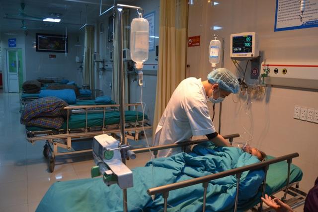 Bệnh nhân qua cơn nguy kịch được theo dõi sát tại phòng cấp cứu.