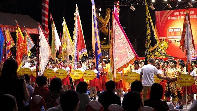 """Liên hoan Lân – Sư – Rồng TPHCM lần 2 đọng lại trong lòng người dân thành phố và đông đảo du khách khi đến tham dự Liên hoan là những màn biểu diễn và tranh tài ấn tượng của các đơn vị, đặc biệt là màn đồng diễn """"Quận 5 - Tinh hoa hội tụ"""" của 108 con Lân do 300 vận động viên tham gia thực hiện, đã được công nhận là Kỷ lục Guinness Việt Nam."""
