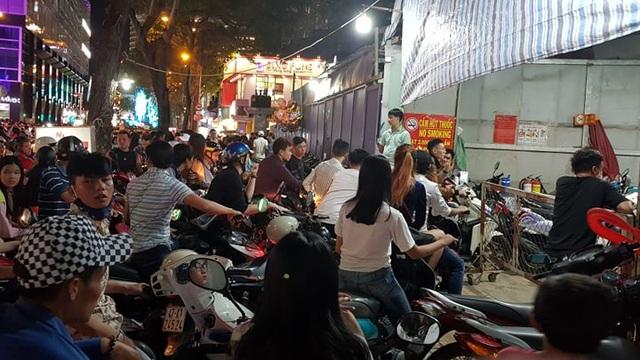 Các điễm trông giữ xe công cộng nghẽn nặng (Ảnh: Nguyễn Quang)