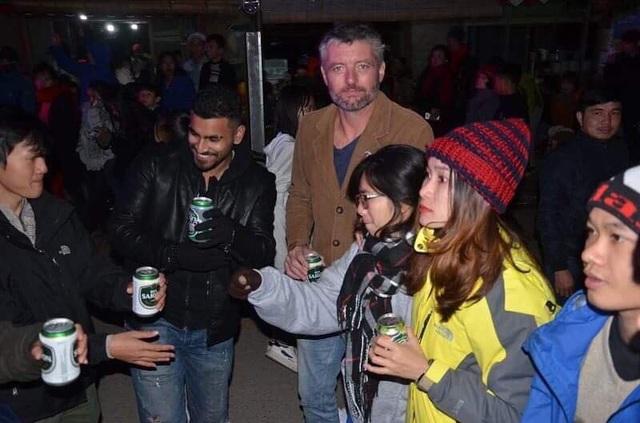 Du khách quốc tế vui đón năm mới tại Quảng Bình (Ảnh: Tiến Thành)