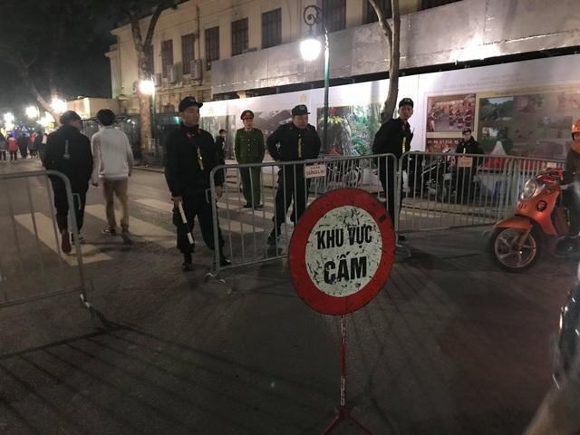 Tại khu vực Tràng Tiền và các lối vào khu vực phố đi bộ, lực lượng chức năng lập hàng rào
