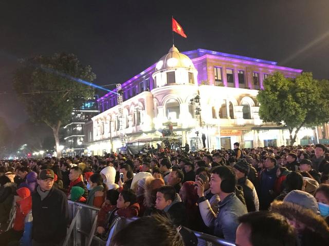 Hàng vạn người đổ về khu vực Nhà hát lớn để chuẩn bị dự chương trình đêm giao thừa