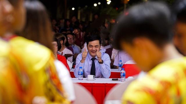 Ông Bùi Tá Hoàng Vũ, GĐ Sở Du lịch TPHCM cùng người dân thành phố tham gia cổ vũ nhiệt tình cho các đoàn lân