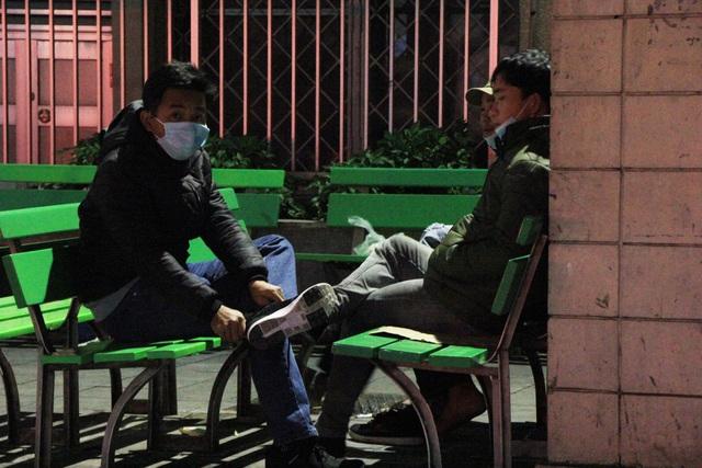 Hà Nội: Người nhà bệnh nhân co ro trong bệnh viện dưới cái rét 9 độ C - 12
