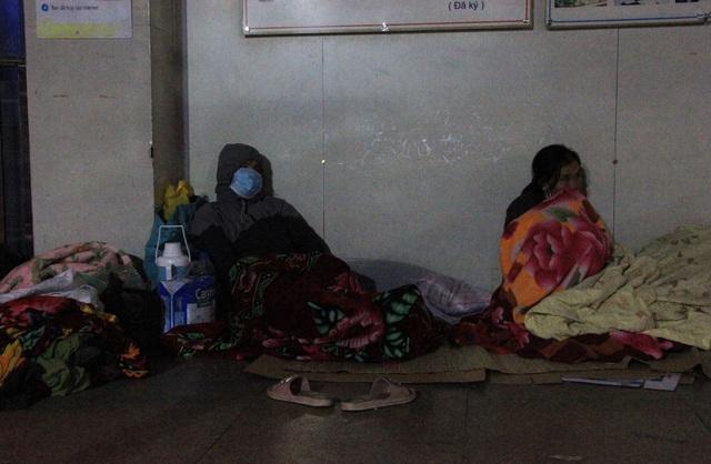 Tại khu vực hành lang của bệnh viện, nhiều người rải chiếu, cuốn chăn co ro trong đêm lạnh giá