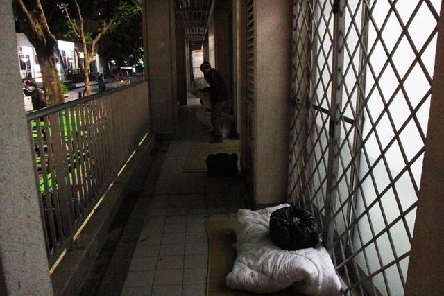Chăn chiếu được những người nhà bệnh nhân rải dọc theo các khu vực hành lang của bệnh viện
