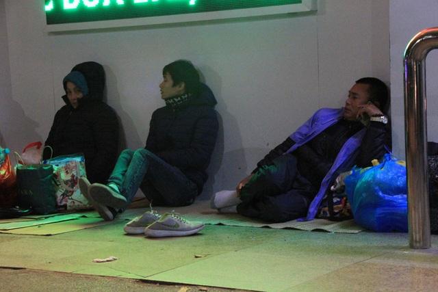 Nhiều người không có chăn đắp thì ngồi co ro trước cái lạnh buốt