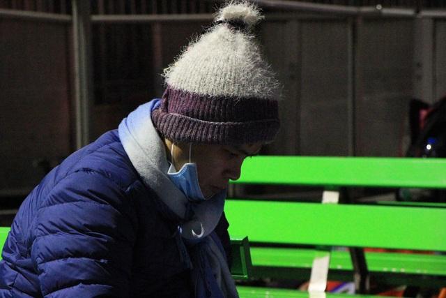Hà Nội: Người nhà bệnh nhân co ro trong bệnh viện dưới cái rét 9 độ C - 5