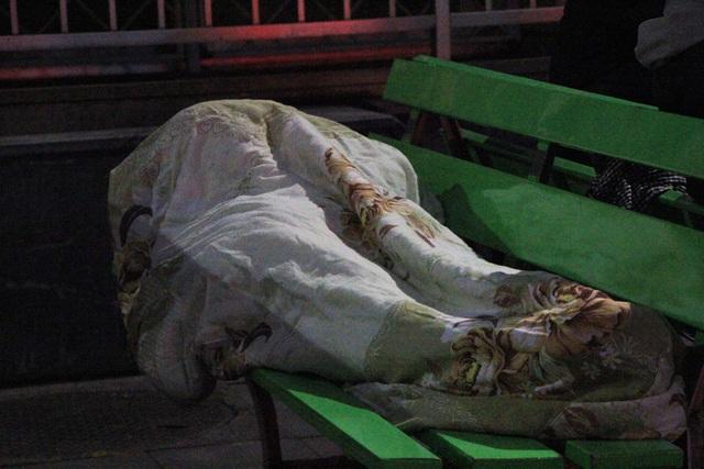 Nhiều người đã phải ngủ trên ghế ngay tại sân Bệnh viện Bạch Mai.