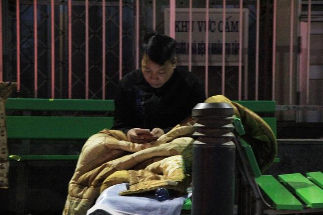 Hà Nội: Người nhà bệnh nhân co ro trong bệnh viện dưới cái rét 9 độ C - 13