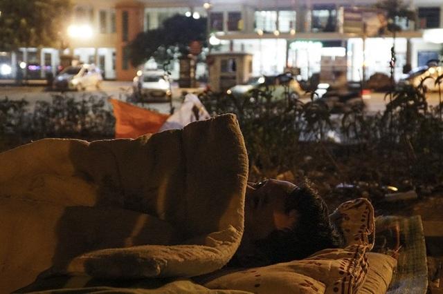 Cuộc sống mưu sinh trong đêm lạnh kỷ lục ở Hà Nội - Ảnh 11.