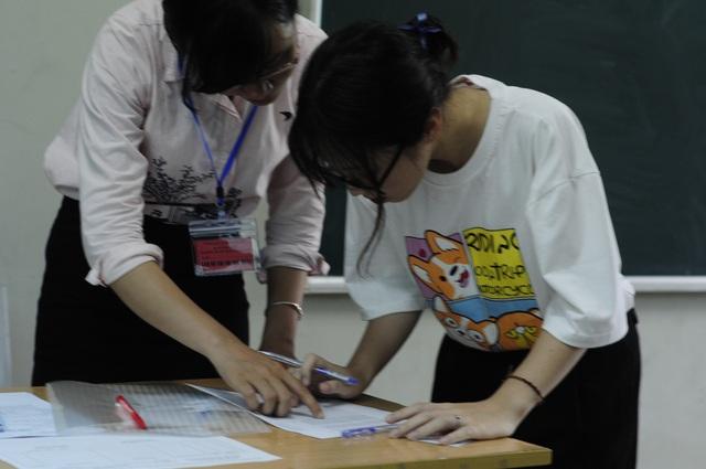 Bộ GD&ĐT trực tiếp chỉ đạo tổ chức chấm bài thi trắc nghiệm, giao nhiệm vụ cho các trường ĐH chủ trì, đặt camera giám sát phòng chấm thi 24/24 giờ. (Ảnh: Mỹ Hà).
