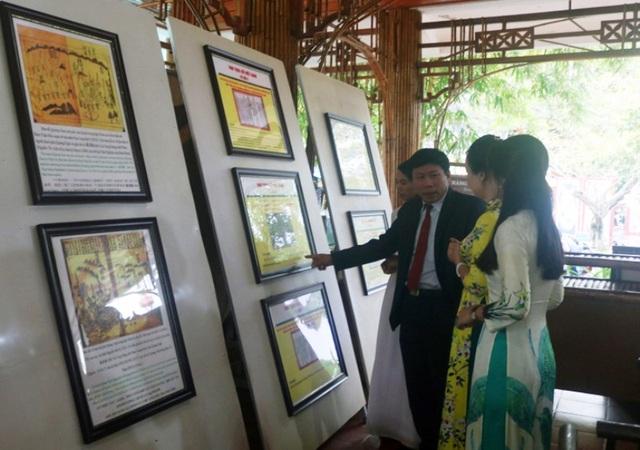 """Triển lãm bản đồ và trưng bày tư liệu """"Hoàng Sa, Trường Sa của Việt Nam - Những bằng chứng lịch sử và pháp lý"""" được tổ chức tại Trung tâm Du lịch Phong Nha - Kẻ Bàng từ ngày 30 đến 31/12 (Ảnh: M.V)"""