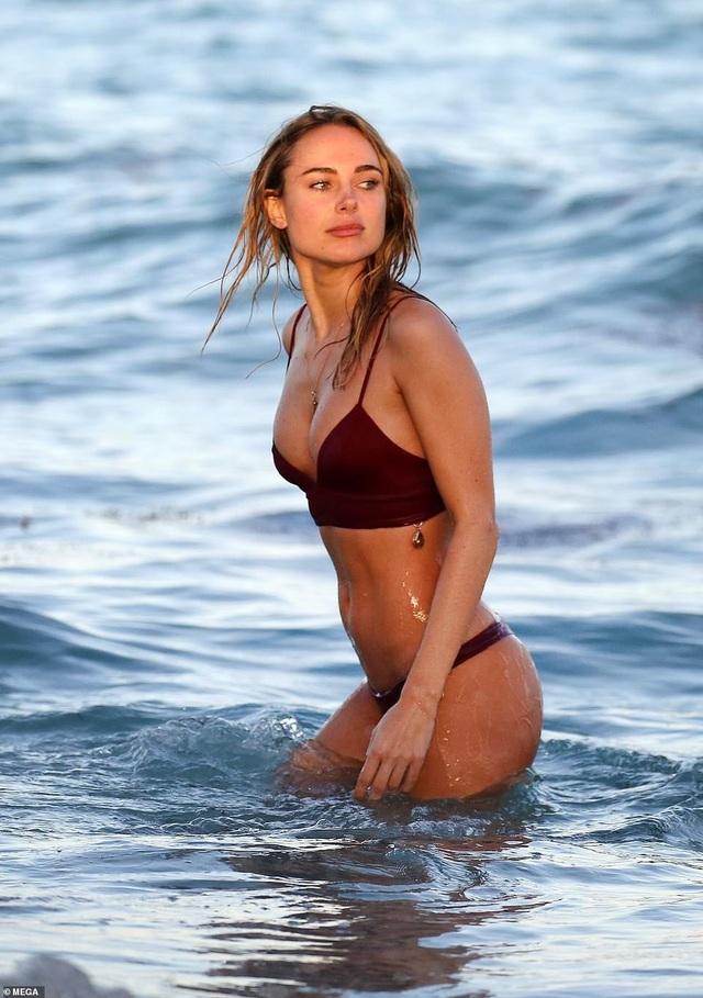 Kimberley Garner đẹp hút hồn trên biển - Ảnh 4.