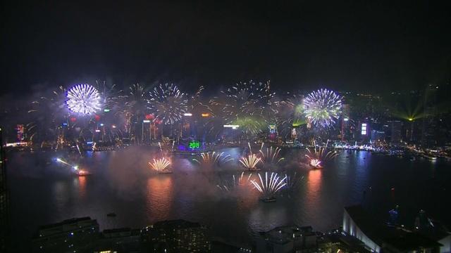 Hong Kong rực sáng trong đêm giao thừa đón năm mới. (Ảnh: Sky)