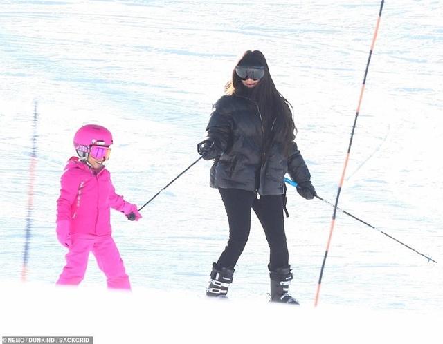 Kim Kardashian cùng chồng con đi trượt tuyết - Ảnh 2.