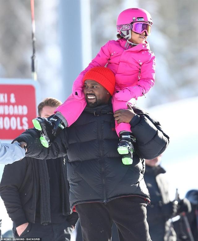 Kim Kardashian cùng chồng con đi trượt tuyết - Ảnh 3.