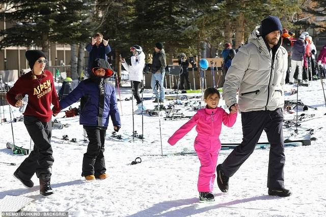 Kim Kardashian cùng chồng con đi trượt tuyết - Ảnh 6.