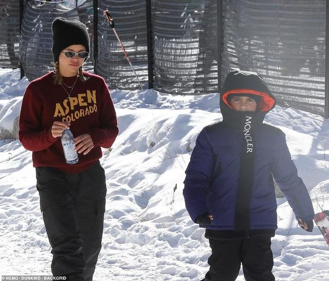 Kim Kardashian cùng chồng con đi trượt tuyết - Ảnh 8.