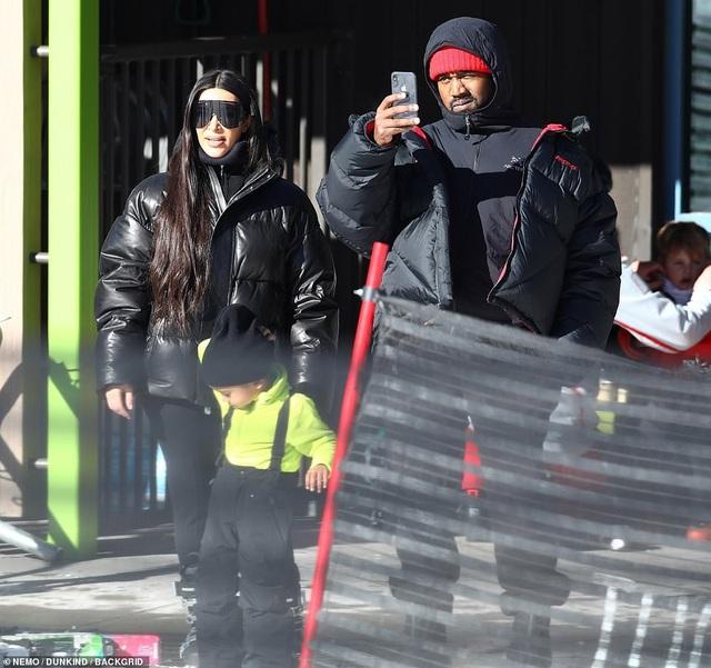 Kim Kardashian cùng chồng con đi trượt tuyết - Ảnh 9.